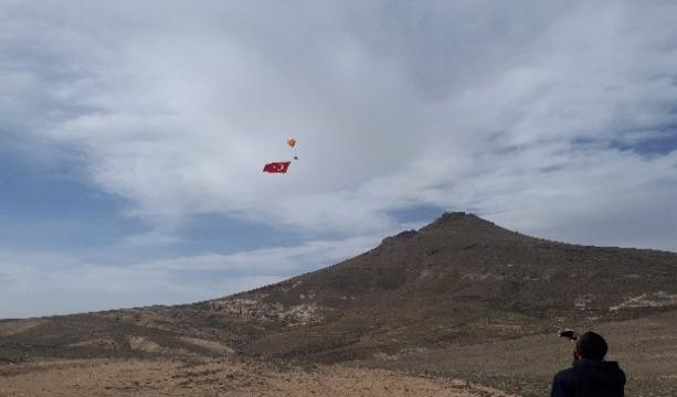 Konya'da Gökyüzünde paramotorla dev Türk bayrağı açılarak çifte zafer kutlandı