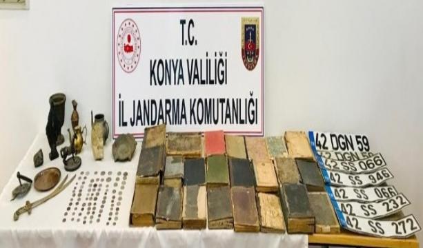 Konya'da jandarma ekiplerinin yaptığı operasyonla 142 parça tarihi eser ele geçirildi.