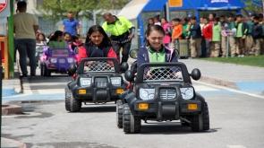 Konya'da çocuklar, trafik kurallarını Trafik Eğitim Parkı'nda akülü araba kullanarak öğreniyor.