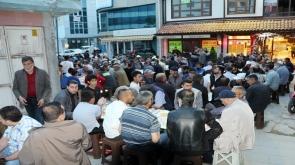 Konya'da garipler Gül iftarı ile sevindiriliyor