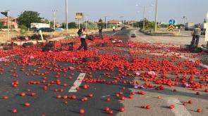 Konya'nın Ereğli ilçesinde Karayolu domates tarlasına döndü - Tıkla İzle