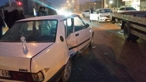 iki otomobil çarpıştı