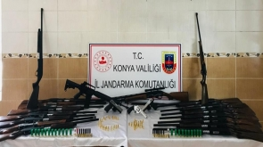 Konya'da  Baskın yapılan evde 18 tüfek ve 3 tabanca bulundu
