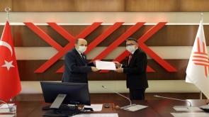 Rektör Aksoy mazbatasını YÖK Başkanı Saraç'tan aldı