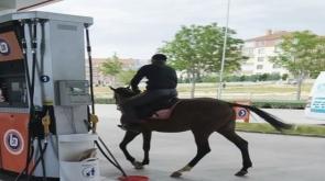 Konya'da Akaryakıt istasyonuna gidip atına yakıt almak isteyince binlerce kez izlendi
