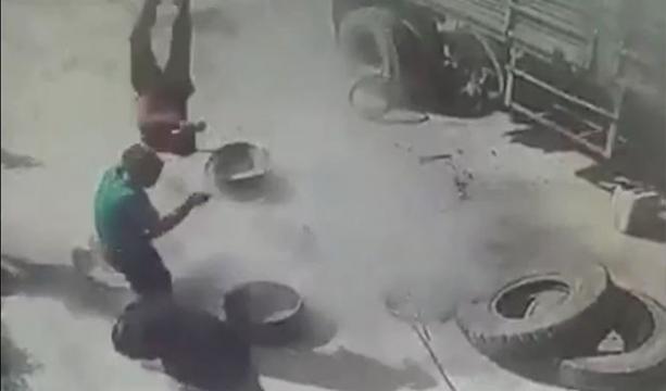 Kamyon lastiği patlayınca tamirci havaya fırladı -Tıkla izle
