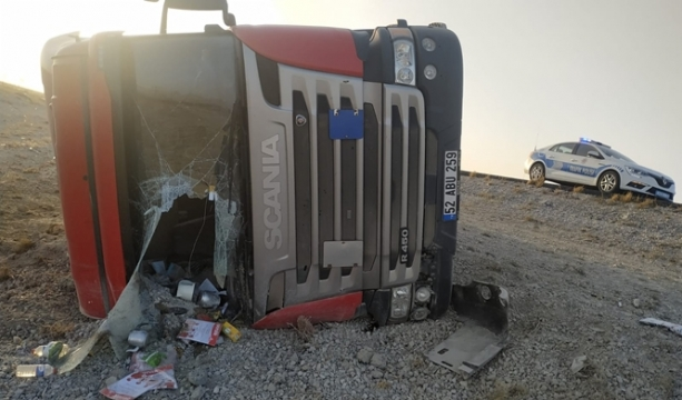 Kontrolden çıkan tır devrildi, sürücüsü yaralandı