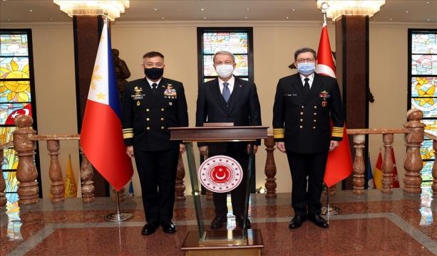 Millî Savunma Bakanı Hulusi Akar, Filipinler Deniz Kuvvetleri Komutanı Koramiral Giovanni Carlo Bacordo'yu Kabul Etti