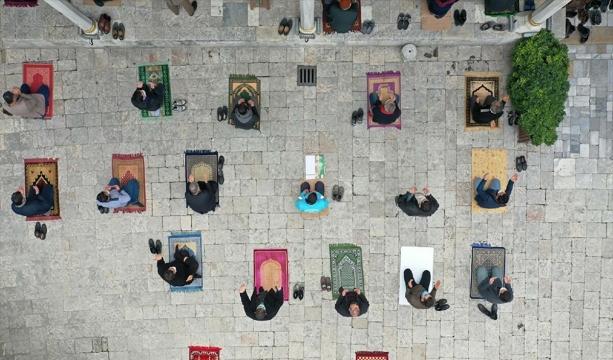 Pandemi gölgesinde Ramazan ayının son cuma namazı kılındı