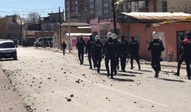 Konya'da İki ailenin taşlı kavgası öğlen saatlerinde tekrar başladı  polis müdahale etti -Tıkla izle