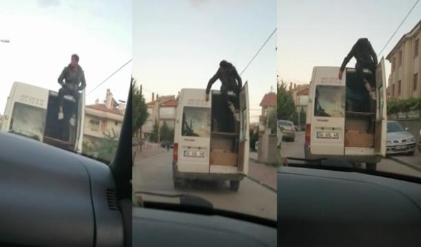 Konya'da Eşya taşınan kamyonetin üzerinde tehlikeli yolculuk