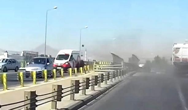 Konya'da çevre yolunda Seyir halindeki kamyonun tekerleği araçların üzerine fırladı