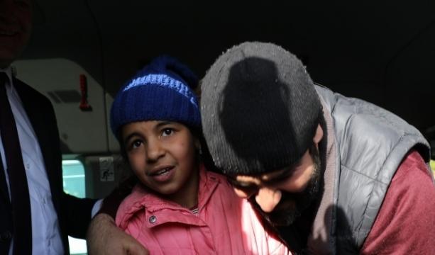 Dünyanın konuştuğu göçmen kız ailesine kavuştu