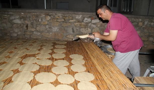 Konya'da ailelerin 'çıtır tarhana' yapma mesaisi sürüyor