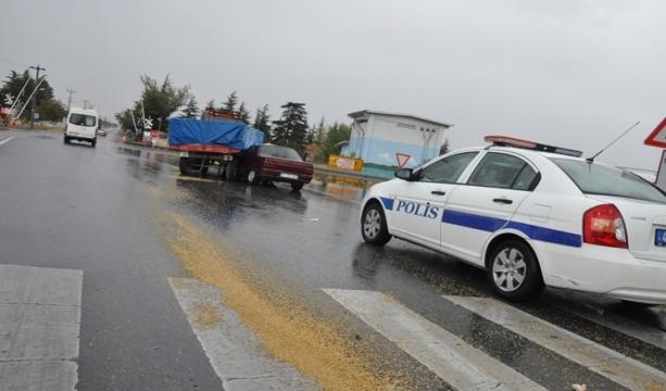Konya'da traktör ile otomobil çarpıştı 2 yaralı