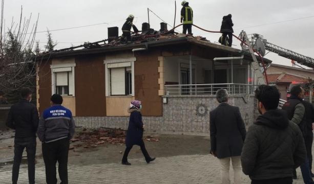 -Konya'nın Kulu ilçesinde  müstakil evin çatısında yangın