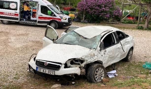 Konya'nın Beyşehir ilçesinde Otomobil takla attı, motoru fırladı: 2 yaralı