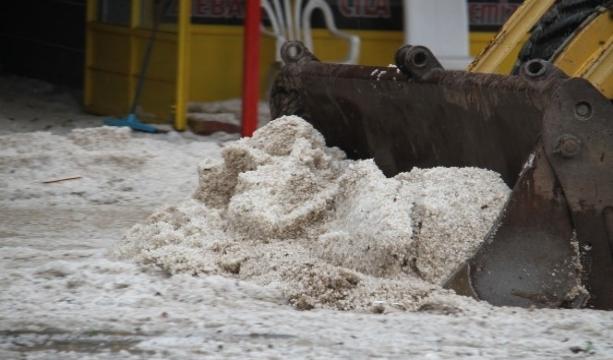 Konya'nın Beyşehir ilçesinde, yaklaşık 15 dakika etkili olan yağmur ve dolu yağışı hayatı olumsuz etkiledi.
