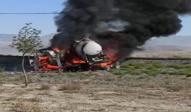 Konya'nın Karapınar ilçesinde Tekeri kilitlenen tanker alev topuna döndü, sürücü son anda kurtuldu
