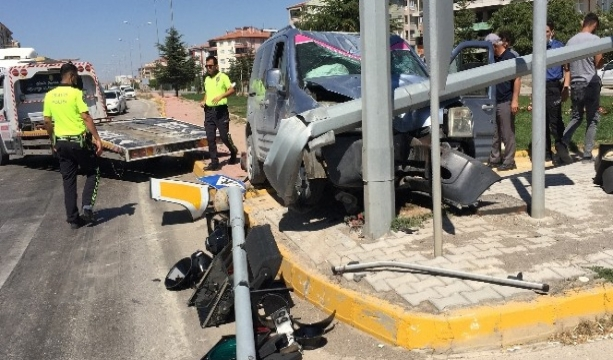 Hafif ticari araç aydınlatma direğine çarptı: 3 yaralı