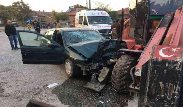 Konya'nın Kulu ilçesinde Otomobil ile forklift çarpıştı, 2 kişi araçta sıkıştı